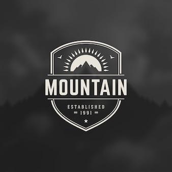 Emblema del logotipo de las montañas, expedición de aventura al aire libre, silueta de montaña