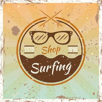 Emblema redondo vintage color surf, insignia, etiqueta o logotipo con ilustración de vector de gafas de sol sobre fondo brillante