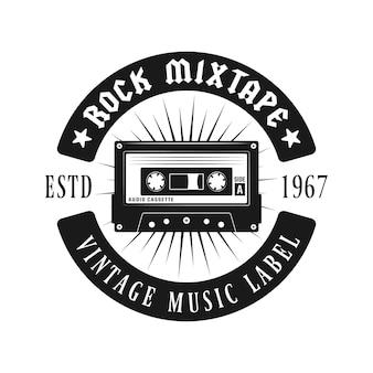 Emblema vintage de música de cassette de audio aislado en blanco