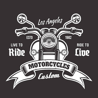 Emblema vintage de la vista frontal de la motocicleta con cinta y texto de muestra sobre fondo oscuro