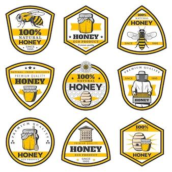 Emblemas de miel amarillo vintage con inscripciones, macetas de abejas, colmena, panales de apicultor, palos de cucharón aislados