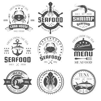 Emblemas de restaurante blanco y negro de mariscos con productos marinos, símbolos náuticos, cubiertos y plato aislado ilustración vectorial