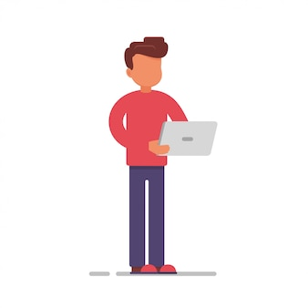 Empleado con computadora portátil enviando correo electrónico o trabajando en línea.