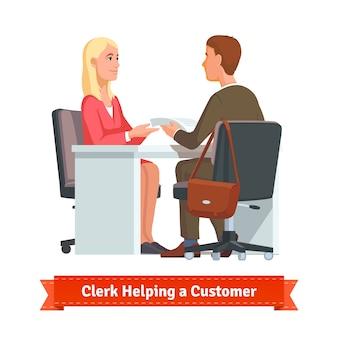 Empleado de oficina que trabaja con el cliente