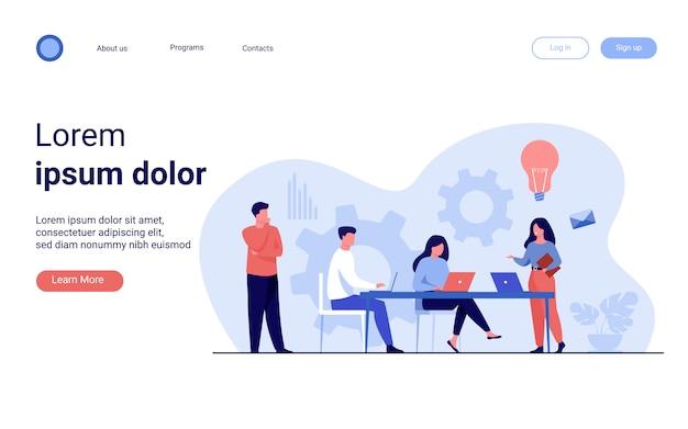 Los empleados de la empresa planifican la tarea y la lluvia de ideas