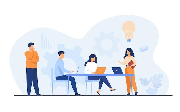 Empleados de la empresa que planifican tareas y lluvia de ideas