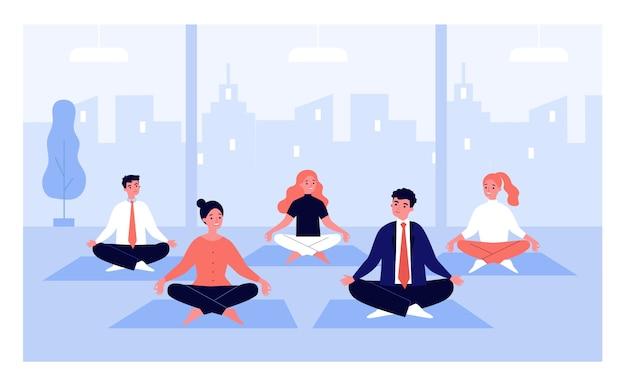 Empleados de oficina en grupo de yoga