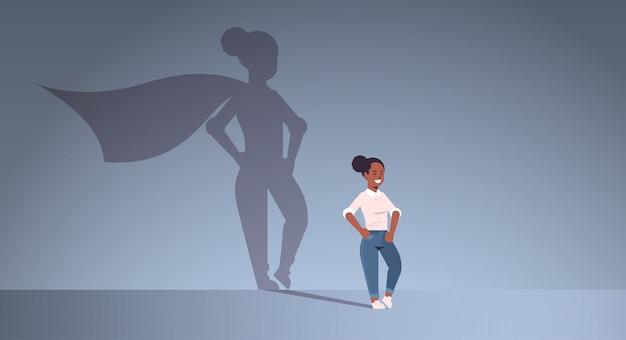 Empresaria afroamericana soñando con ser superhéroe