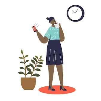 Empresaria de dibujos animados en la pausa para el café. señora de negocios afroamericana sosteniendo una taza de café y llamando al teléfono inteligente durante la pausa en la oficina