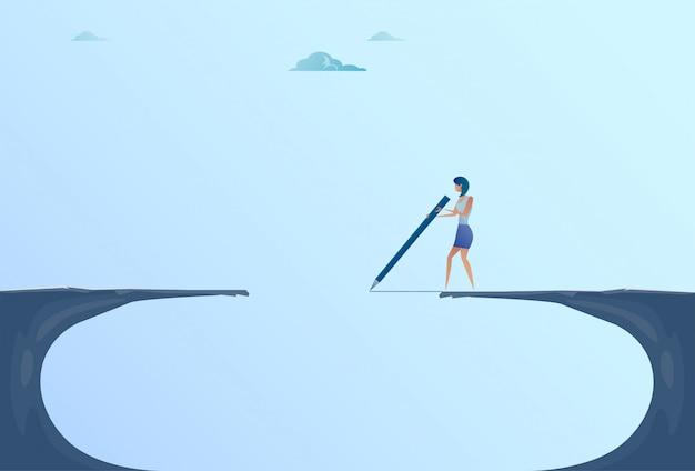 Empresaria drawing bridge walking sobre el concepto del riesgo de la mujer de negocios de la montaña de cliff gap