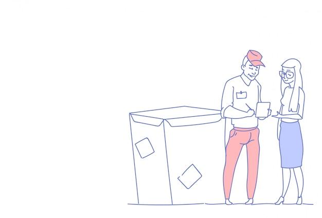 Empresaria firmar documento mensajero hombre caja entrega paquete servicio postal