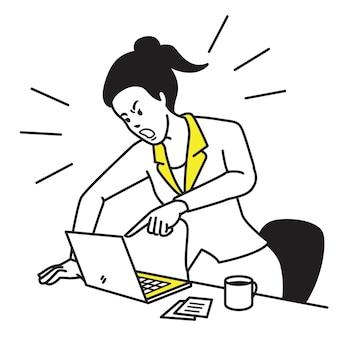 Empresaria frustrada y furiosa gritando y gritando portátil de pantalla en su escritorio de trabajo.