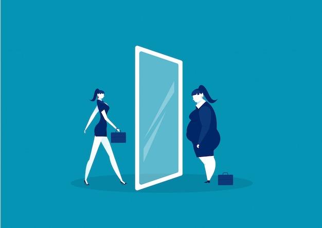 Empresaria mirando el espejo de pie con el vientre gordo. comparar cuerpo delgado