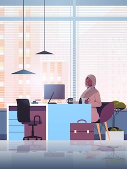 Empresaria musulmana negra sentada en el lugar de trabajo y usando computadora empresaria árabe trabajando en oficina ilustración de longitud completa vertical