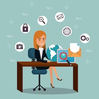 Empresaria en la oficina con iconos de marketing por correo electrónico