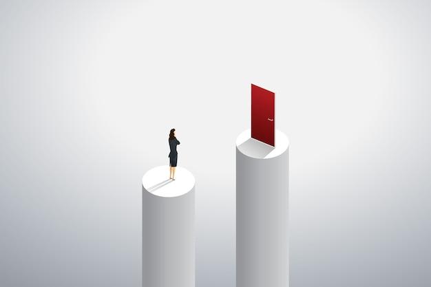 Empresaria de pie pensando en una forma de ir a la puerta roja al éxito de la meta.