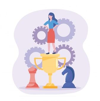 Empresaria en el premio de la copa con el caballo y la reina de ajedrez.