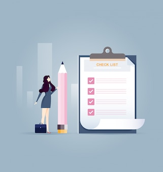 Empresaria que sostiene un lápiz cerca de lista de verificación completada en el portapapeles - concepto de negocio