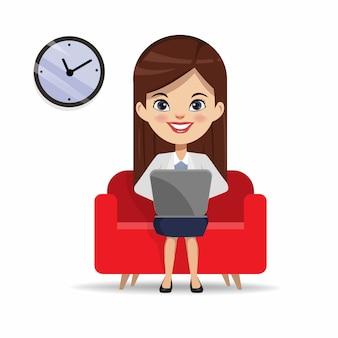 Empresaria que trabaja con una computadora portátil en el sofá.