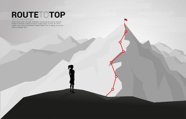 Empresaria y ruta a la cima de la montaña: concepto de meta, misión, visión, trayectoria profesional, concepto de vector estilo de línea de conexión de punto de polígono