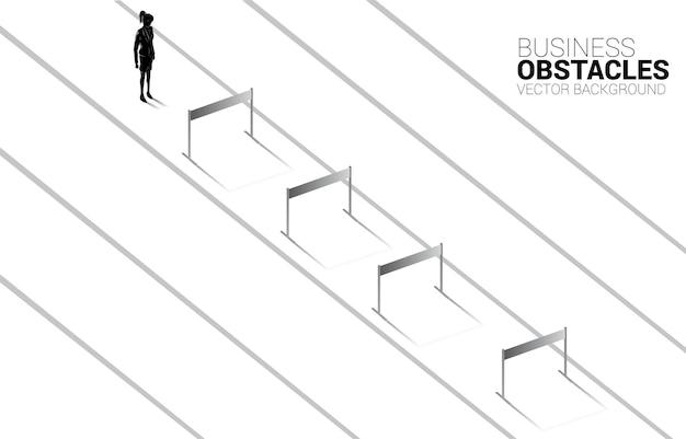 Empresaria de silueta de pie con obstáculos obstáculos. concepto de fondo para obstáculos y desafíos en los negocios