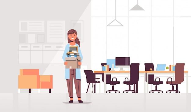 Empresaria trabajador de oficina caja con cosas cosas nuevo trabajo negocio creativo centro de trabajo moderno interior de la oficina de trabajo