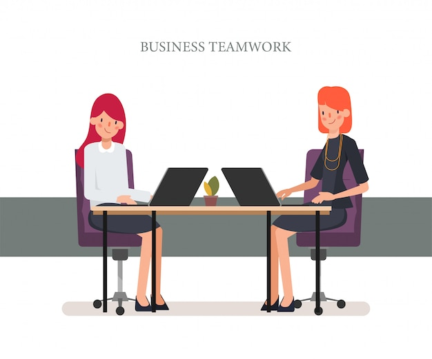 Empresaria trabajando con colega portátil.