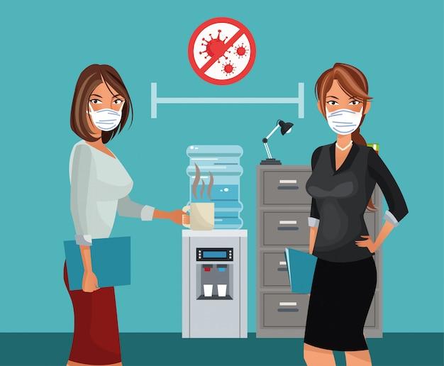 Empresarias trabajando y vistiendo máscara médica