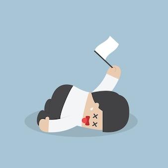 Empresario agotado acostado en el piso y la rendición