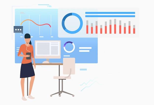 Empresario analizando diagramas de datos comerciales