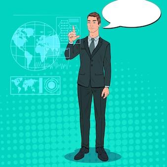 Empresario de arte pop mediante interfaz holográfica virtual. pantalla táctil de tecnología futurista.