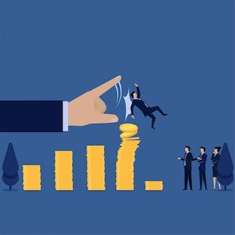 Empresario caída después de empujado a mano en la metáfora más alta del diagrama gráfico de pérdida.