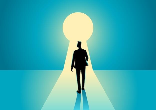Empresario caminando en el ojo de la cerradura