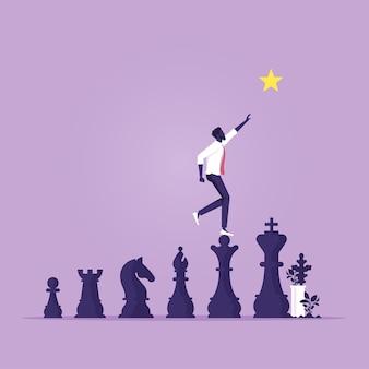 Empresario caminando sobre una pieza de ajedrez para ir al futuro de oportunidades de éxito