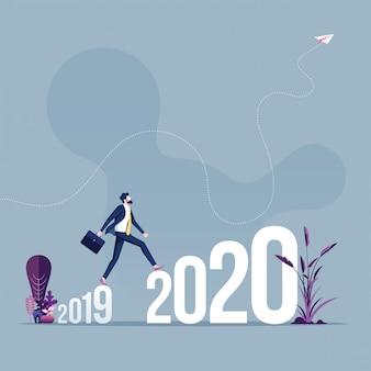 Empresario caminar entre 2019 y 2020 año nuevo