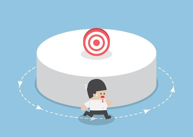 Empresario corriendo alrededor del objetivo, concepto de pérdida de objetivo empresarial