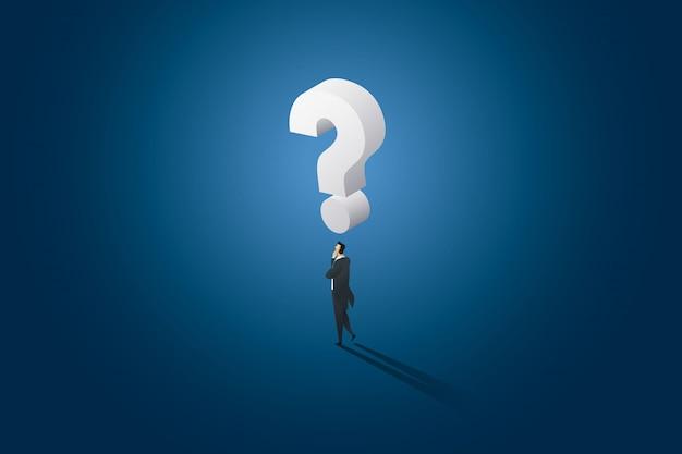 Empresario decisión permanente pensando y tiene un gran signo de interrogación en la cabeza superior.