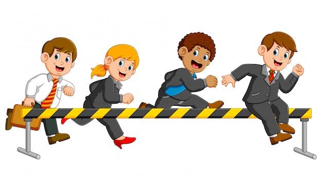 Empresario y empresaria están corriendo y saltando en el obstáculo.