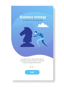 Empresario empujando ajedrez figura lluvia de ideas proceso de planificación estrategia empresarial plano vertical copyspace