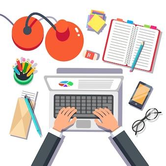 Empresario escribiendo ventas o informe sobre una computadora portátil