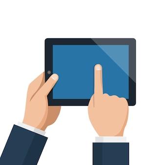 Empresario espera tablet y señala pantalla vacía azul