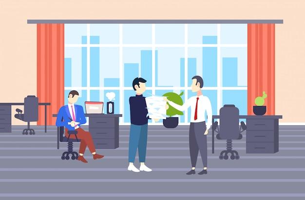 Empresario con exceso de trabajo que lleva la pila de documentos en papel al empresario jefe papeleo concepto de plazo moderno centro de trabajo compartido interior de la oficina horizontal de longitud completa