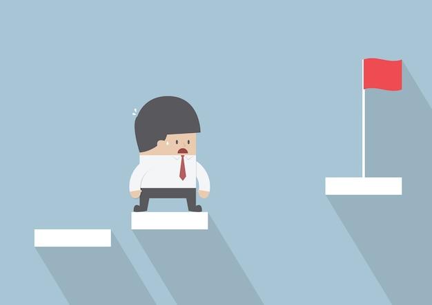 Empresario frente con el paso que falta para el éxito