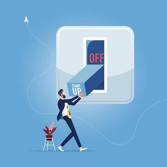 El empresario intenta activar el interruptor de inicio de nuevo proyecto empresarial