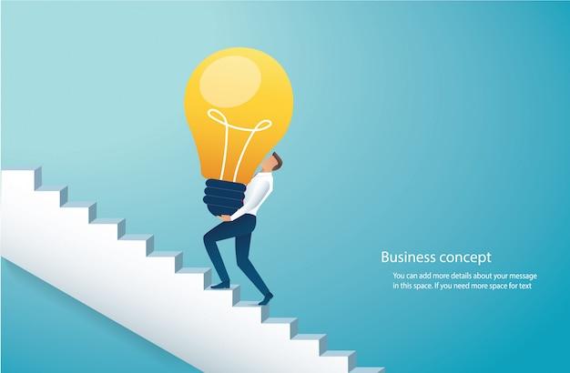Empresario lleva bombilla subiendo escaleras al éxito