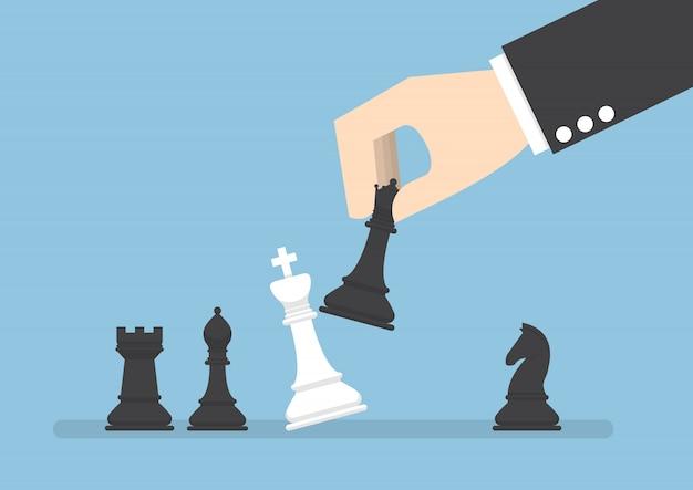 Empresario mano use reina negra jaque mate el rey blanco