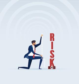 Empresario mide un riesgo con cinta métrica