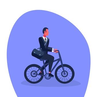 Empresario montando bicicleta a la oficina