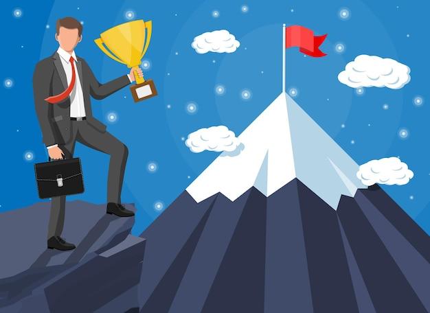 Empresario de pie en la cima de la montaña con bandera y trofeo. símbolo de victoria, misión exitosa, meta y logro. ensayos y pruebas. gana, éxito empresarial. ilustración vectorial plana