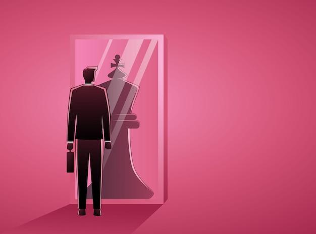 Empresario de pie delante de un espejo, reflejando un rey del ajedrez
